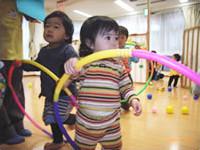 子どもたちがフラフープで遊んでいる様子