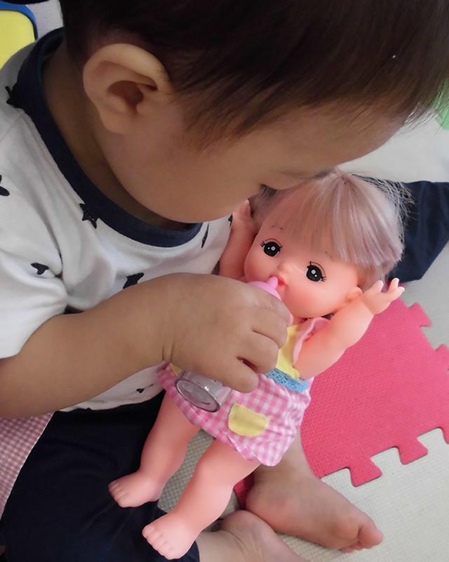 人形遊びをするこども